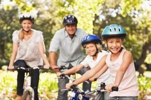 rodzina w kaskach rowerowych